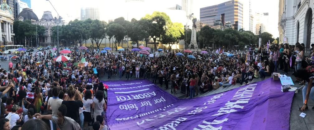 Mulheres se reuniram na Cinelândia, no Centro do Rio (Foto: Matheus Rodrigues/G1)