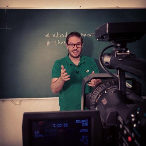 Marco Fisbhen, do Descomplica, grava mais uma aula de física (Foto: Divulgação)