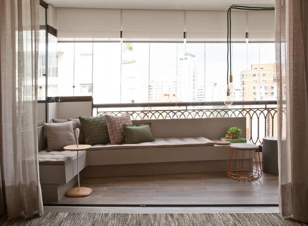 Para resistir bem às intempéries, um porcelanato com aparência de madeira (Portobello) reveste o piso da varanda (Foto: Luís Gomes)