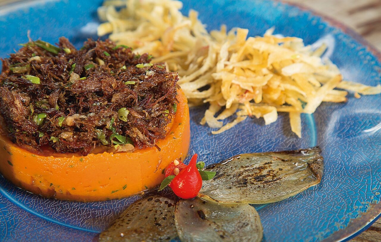 João Bar & Restaurante: jerimum do Nordeste (R$ 53): charque desfiada com purê de jerimum servida com chips de macaxeira (aipim aqui) e cebola caramelizada