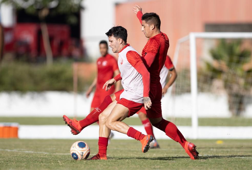 Júnior Brítez e Guillermo Paiva disputam bola em treino do Náutico — Foto: Caio Falcão / Náutico
