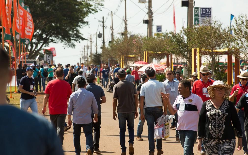 Ruas ficam cheias de compradores no segundo dia da Agrishow 2018 em Ribeirão Preto (Foto: Érico Andrade/G1)