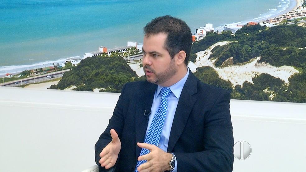 Secretário Cristiano Feitosa explica medidas enviadas pelo governo do RN à Assembleia Legislativa (Foto: Reprodução/Inter TV Cabugi)