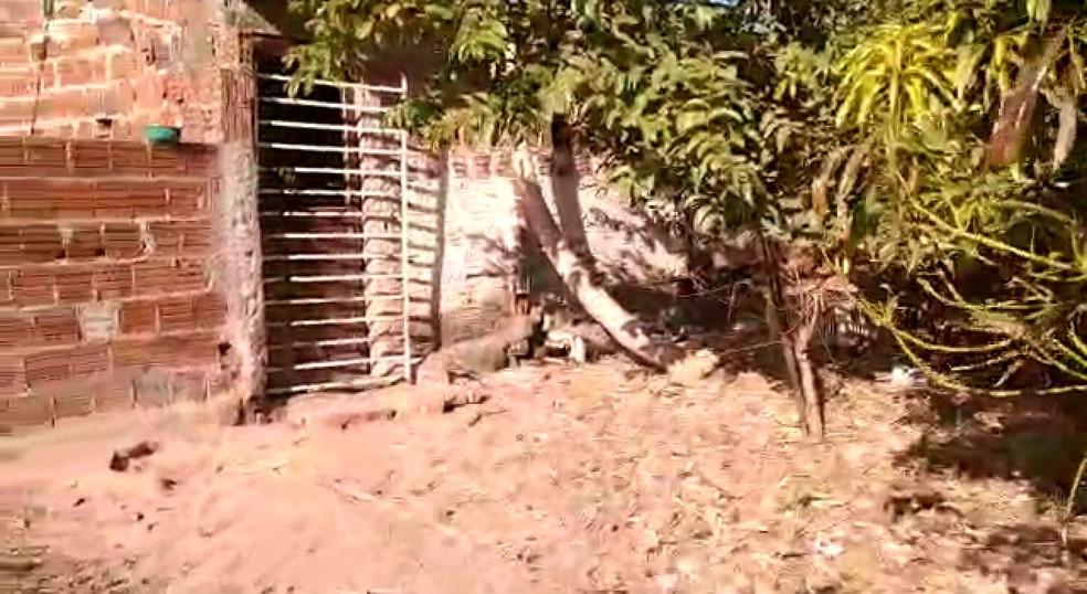 Construção onde idoso era mantido ficava ao lado de currais e chiqueiros  — Foto: Polícia Civil/Divulgação