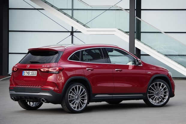 AMG GLA 35 4MATIC;Kraftstoffverbrauch kombiniert 7,5-7,4 l/100 km; CO2-Emissionen kombiniert 171-170 g/km*AMG GLA 35 4MATIC;combined fuel consumption 7.5-7.4 l/100 km; combined CO2 emissions 171-170 g/km* (Foto: Daimler AG)