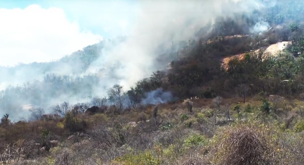 Do Santuário do Lima já é possível ver os focos de incêndio  — Foto: Tercle Pereira/TV Patu