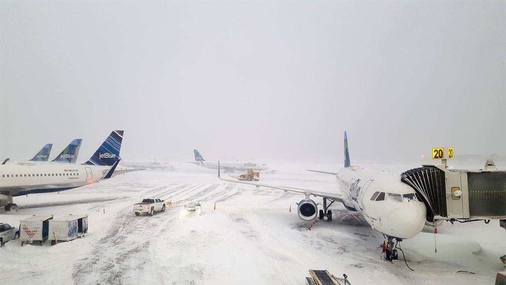 Aeropoto JFK, em Nova York, ficou coberto de neve após tempestade no último dia 4 (Foto: Rebecca Butala How / GETTY IMAGES NORTH AMERICA / AFP)