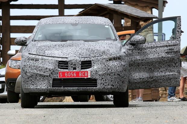 Captur cupê está em testes na Europa (Foto: AutoMedia/Autoesporte)