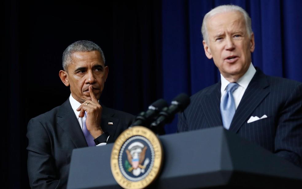 O então presidente dos EUA, Barack Obama, ouve seu vice-presidente, Joe Biden, durante evento na Casa Branca, em foto de 13 de dezembro de 2016 — Foto: Carolyn Kaster/AP/Arquivo