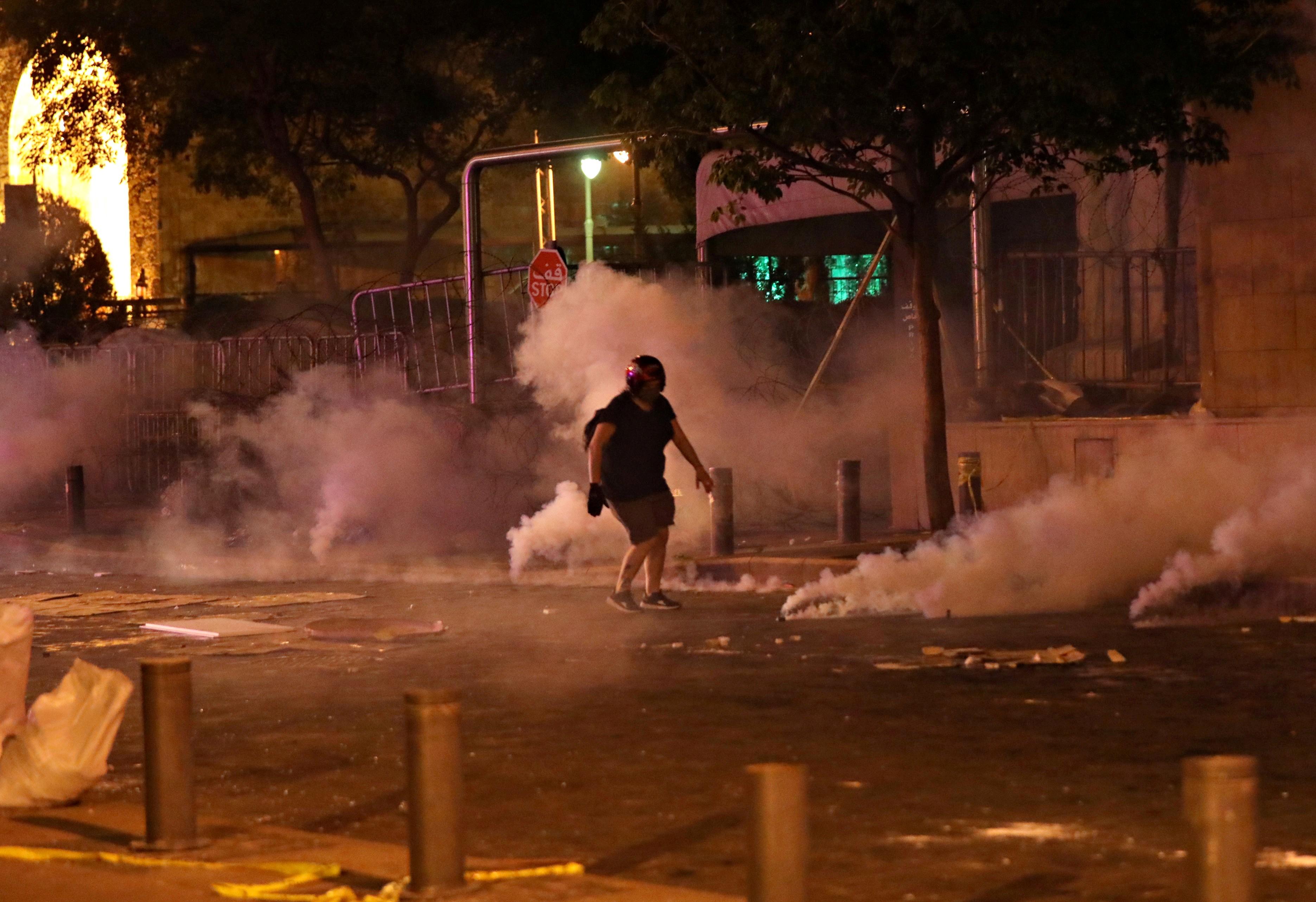 Forças de segurança dispersam protesto contra o governo do Líbano após explosão em porto de Beirute