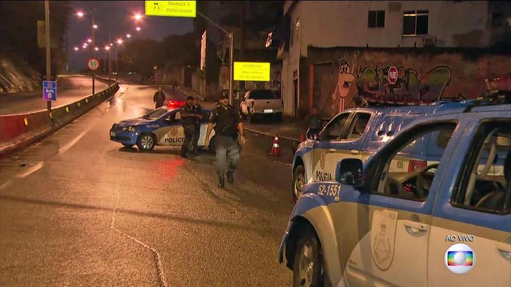 Autoestrada Grajaú-Jacarepaguá fechada pela PM na Operação Onerat (Foto: Reprodução/TV Globo)