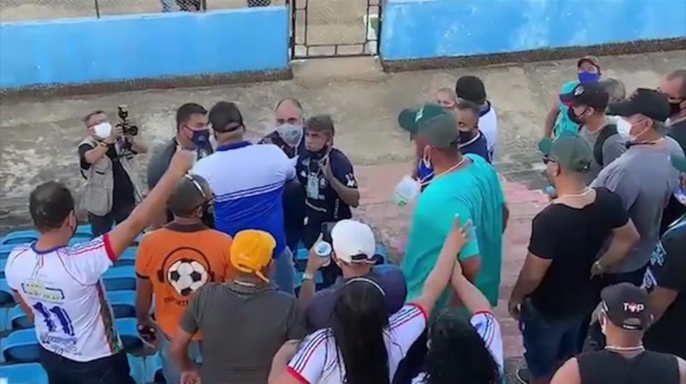 Torcedores pressionaram diretoria do Remo no Navegantão — Foto: Reprodução