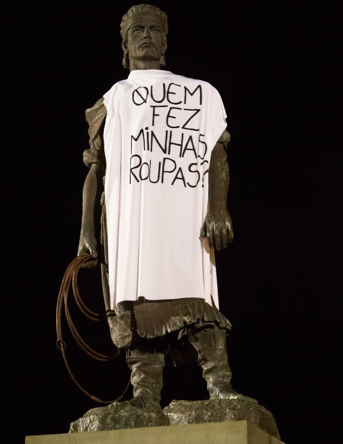 Monumentos de Porto Alegre 'vestem a camisa' do movimento global Fashion Revolution