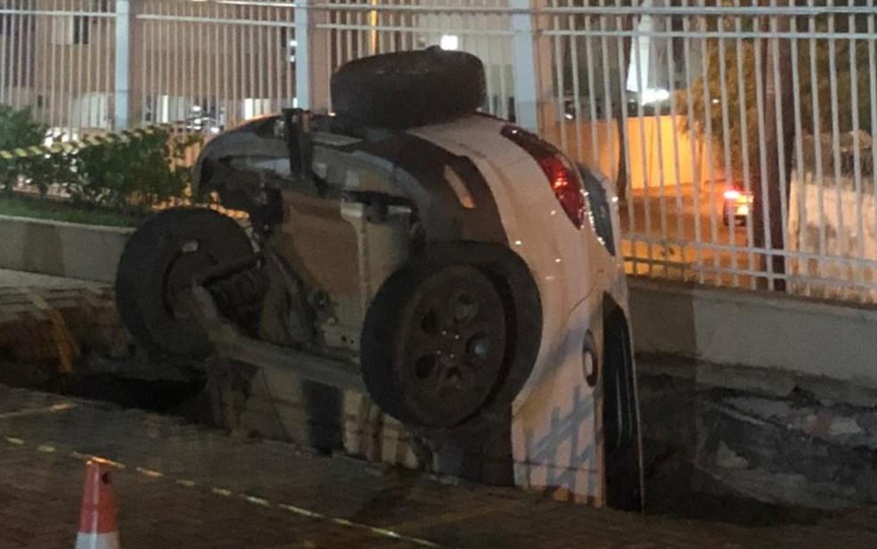 Carro ficou dentro de buraco, em Goiânia, Goiás — Foto: Reprodução/TV Anhanguera