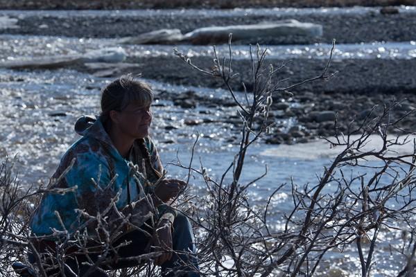 Sue Aikens é dona e administradora do acampamento para caçadores Kavik River, localizado a 800 quilômetros de distância da área urbana mais próxima (Foto: Divulgação)
