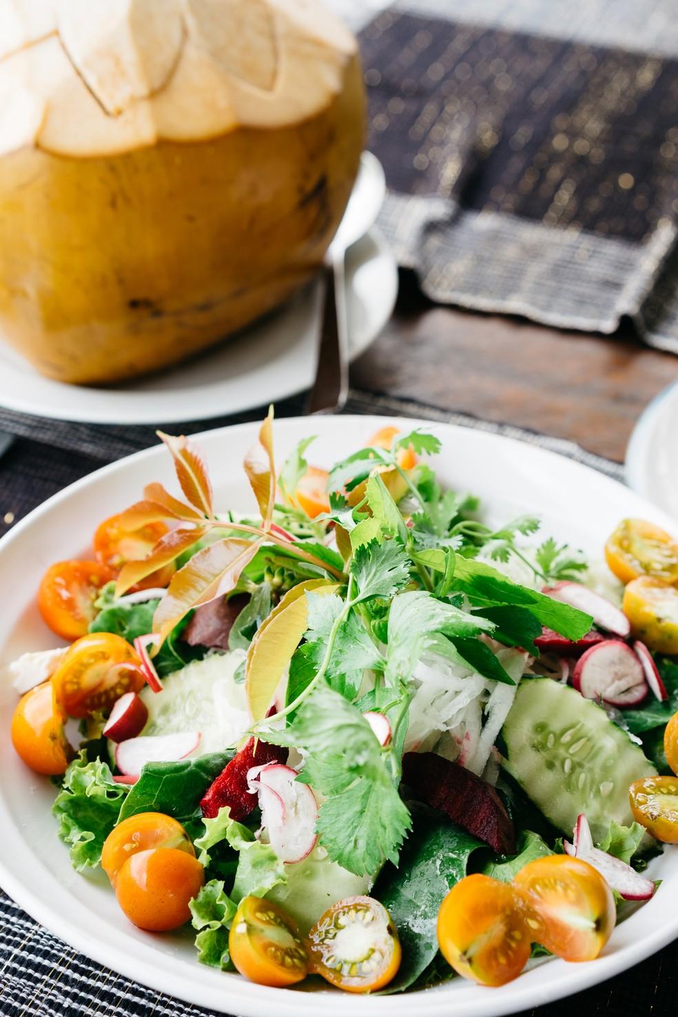 Salada verde com legumes é sempre uma ótima opção para compor uma refeição — Foto: Unsplash/Divulgação