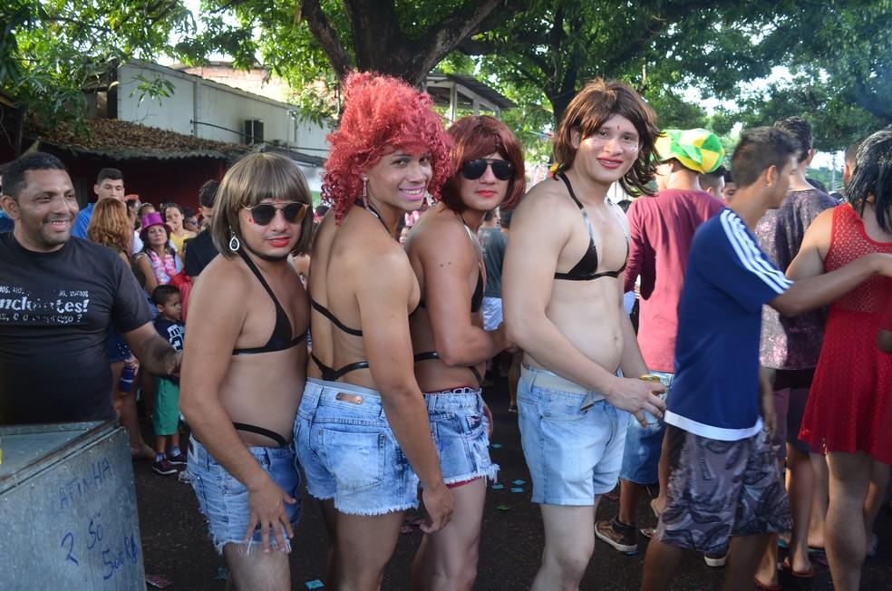 -  Foliões no bloco A Banda, em Macapá, se inspiraram na cantora Anitta  Foto: Fabiana Figueiredo/G1