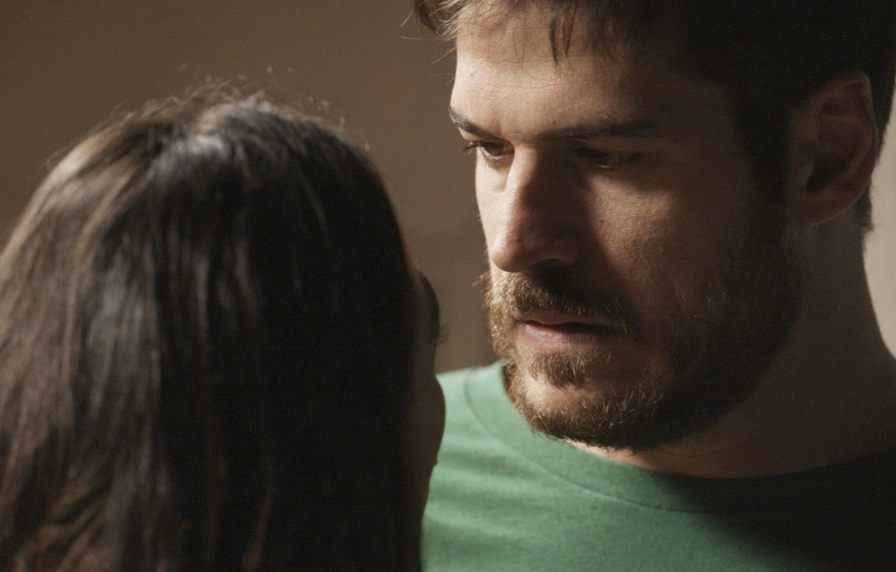 Em 'A Força do Querer', Rita (Isis Valverde) implora pelo perdão de Zeca (Marco Pigossi) — Foto: Globo