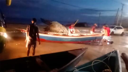Maré alta derruba muro de escola e leva barcos para o meio da rua em cidade do RN; veja vídeo
