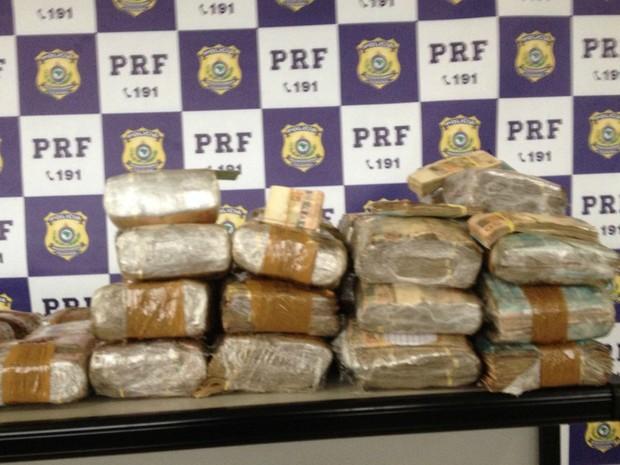 Polícia investiga origem e destino de dinheiro apreendido (Foto: PRF/Divulgação)