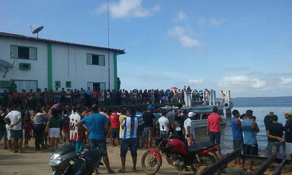 Pessoas observam o navio tombado após naufrágio Rio Xingu, na região de Ponte Grande do Xingu, entre Porto de Moz e Senador José Porfírio, no Pará (Foto: Paulo Vieira/Arquivo Pessoal)