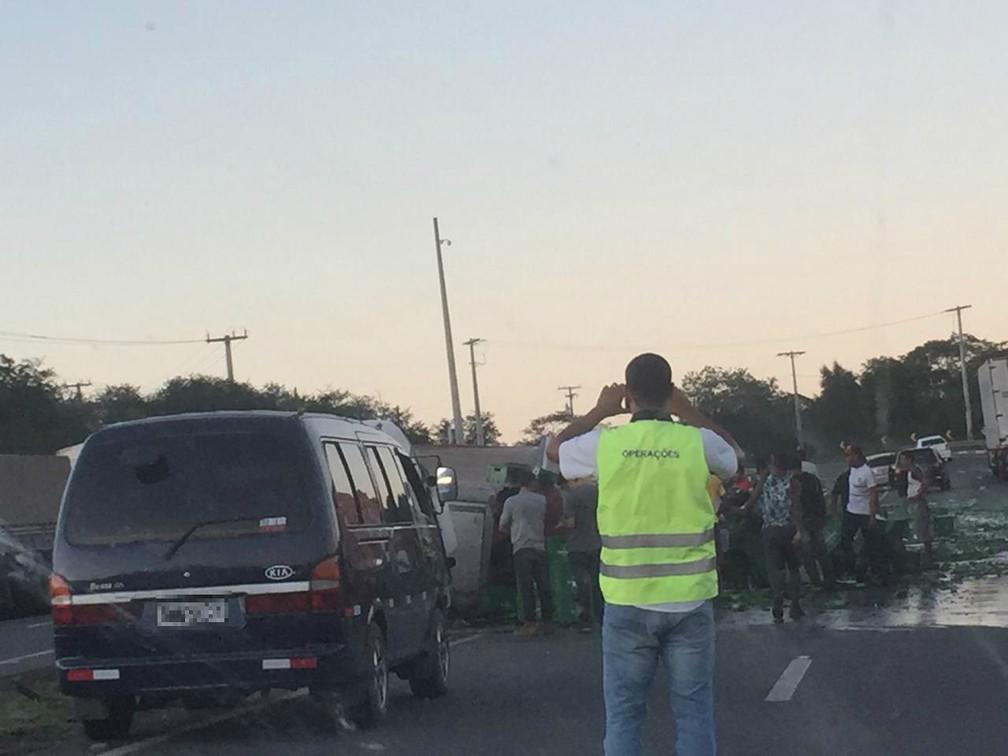 Acidente aconteceu na BR-116 — Foto: Katia Batista