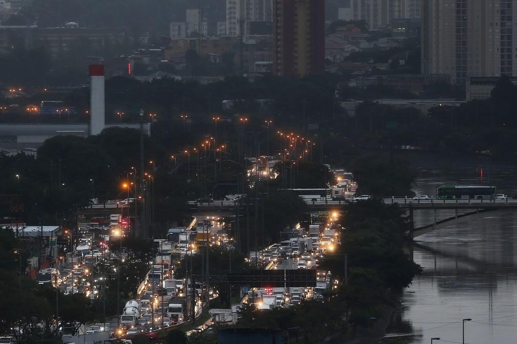 Vista da Marginal Tietê, a partir do bairro do Limão, na Zona Norte de São Paulo após a chuva da manhã desta sexta (5) — Foto: Hélvio Romero/Estadão Conteúdo