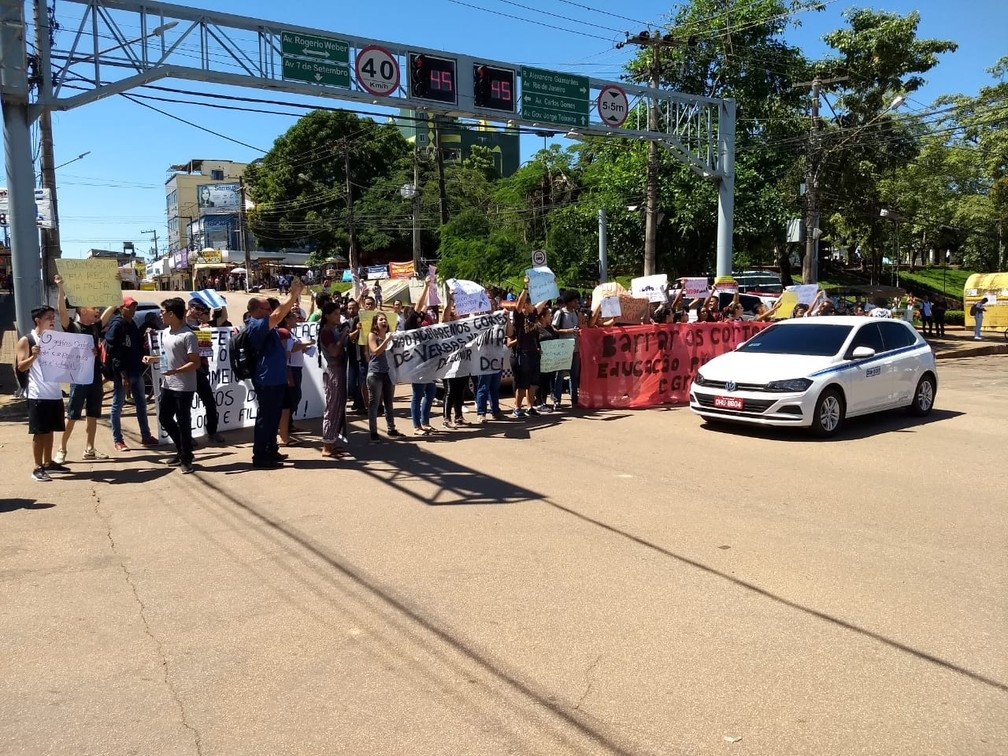 Alunos fecharam acesso à avenida Sete de Setembro em ato contra MEC — Foto: Diêgo Holanda/G1