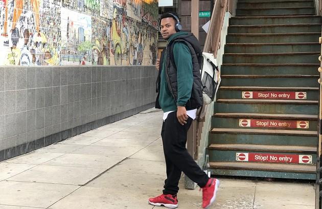 Outro personagem apresentado será Ramon (David Junior). Assistente de um time de basquete nos EUA, ele sofrerá preconceito durante uma partida e comentará com amigos que a vida para os imigrantes piorou no país recentemente (Foto: TV Globo)