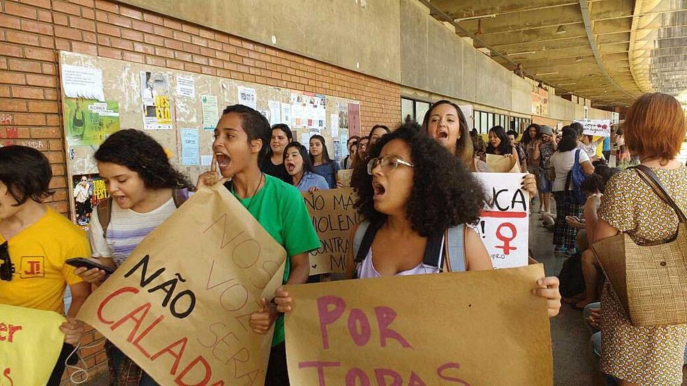 Alunas da Universidade de Brasília marcham no ICC em manifestação contra violência sexual contra mulheres (Foto: Beatriz Pataro/G1)