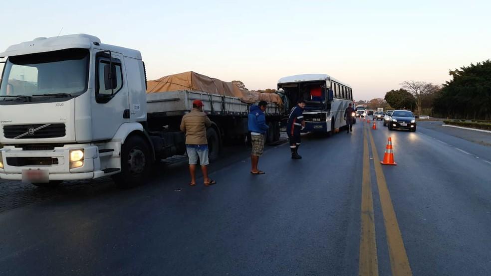 Acidente entre carreta e ônibus foi registrado na manhã desta quarta-feira (14) na BR-365 em Patos de Minas — Foto: PRF/Divulgação