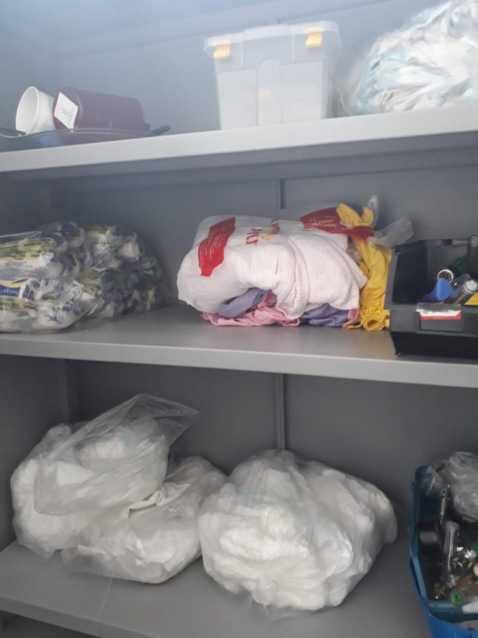Roupas de pacientes no mesmo armário de materiais, como ataduras na UPA, em Rondonópolis — Foto: Coren/MT/Assessoria