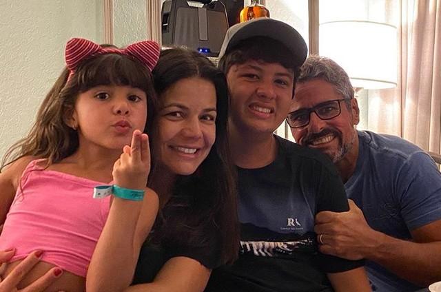 Nivea Stelmann com o marido e os filhos (Foto: Reprodução)