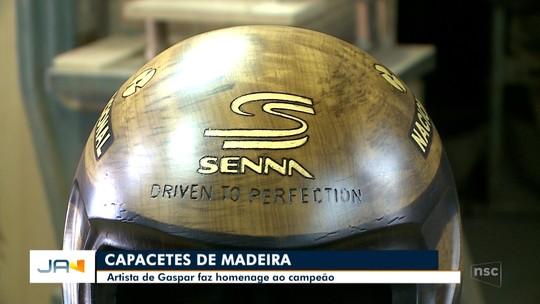 Capacete de Airton Senna é recriado em madeira por um artista de SC