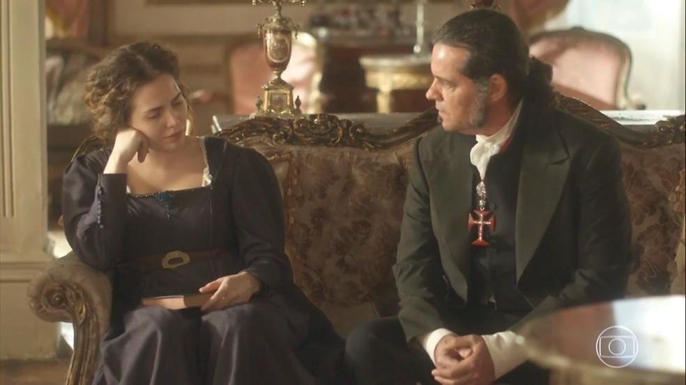 Leopoldina (Letícia Colin) desabafa com Bonifácio (Felipe Camargo) e também se desentende com ele, em 'Novo Mundo' — Foto: TV Globo