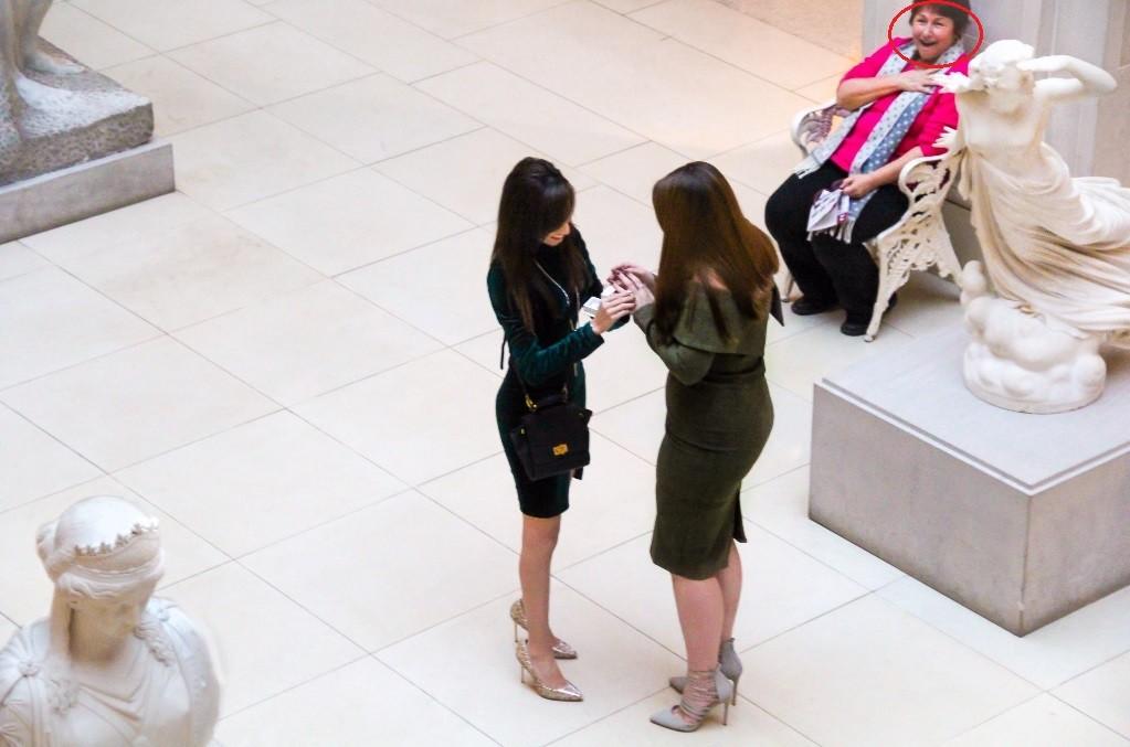 Mulher reage à cena romântica em público