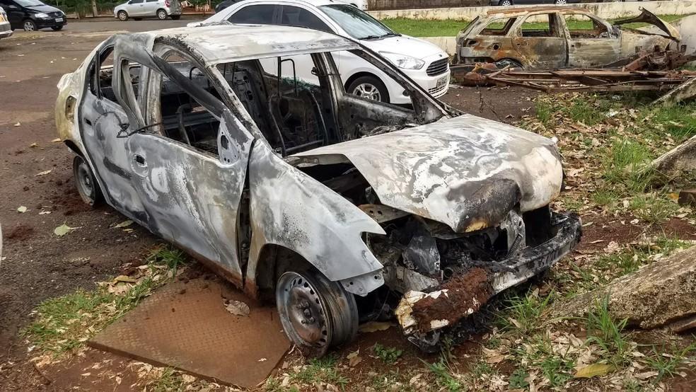 Polícia encontrou carro ainda em chamas, na noite de domingo (8), em Ibiporã (Foto: Vinicius Frigeri/RPC)
