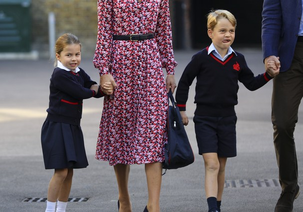 LONDON, UNITED KINGDOM - SEPTEMBER 5: Princess Charlotte, with by her father, the Duke of Cambridge, and mother, the Duchess of Cambridge and Prince George, arriving for her first day of school at Thomas's Battersea in London on September 5, 2019 in Londo (Foto: Getty Images)