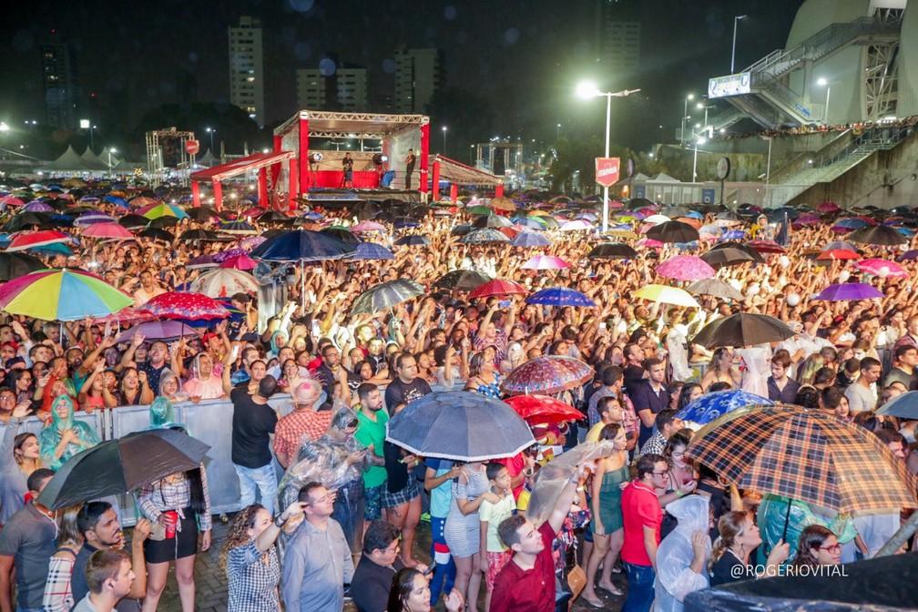 Mesmo com chuva, público compareceu à Arena das Dunas na noite deste sábado (15) no São Joâo de Natal — Foto: Rogério Vital