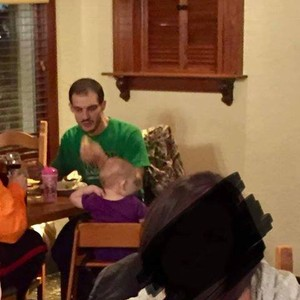 Pai batendo na filha (Foto: Reprodução Facebook)