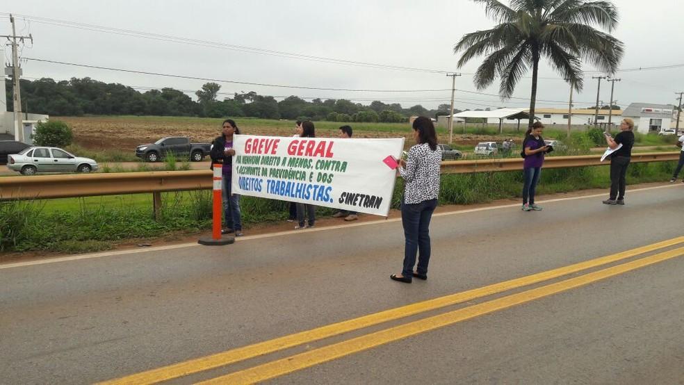 Manifestantes fazem protesto e bloqueiam trecho da BR-163 em Lucas do Rio Verde (MT) (Foto: Arquivo pessoal)