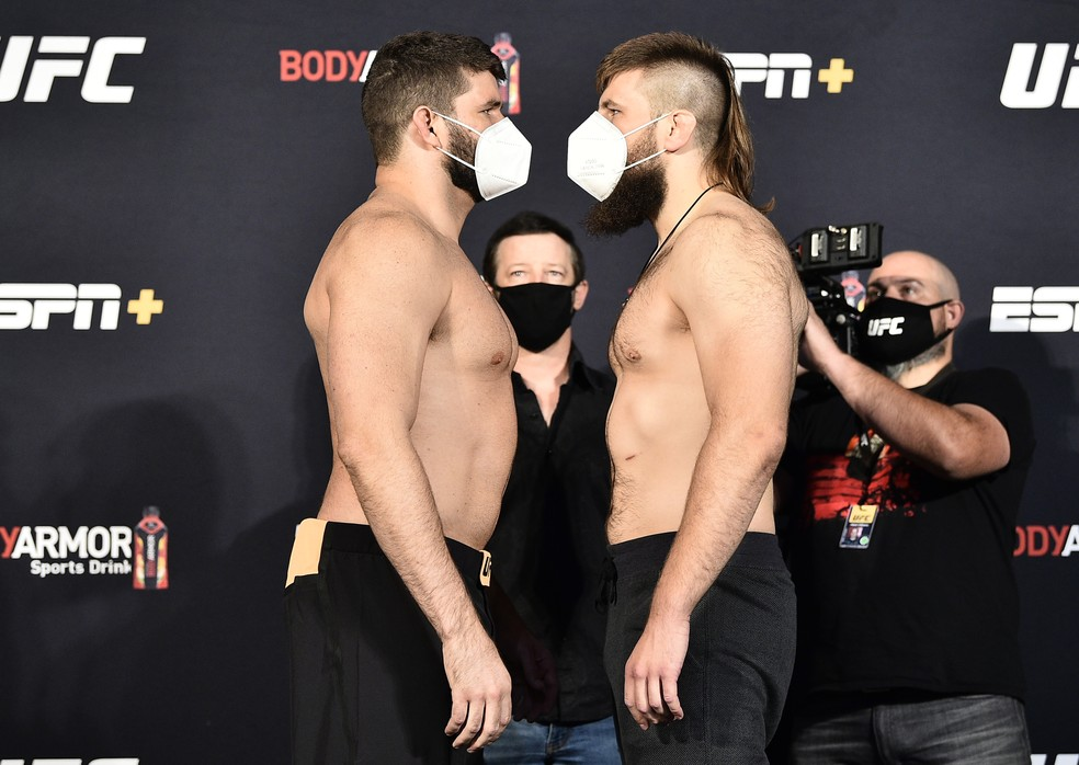 Philipe Lins (esq.) encara Tanner Boser após a pesagem do UFC: Poirier x Hooker — Foto: Getty Images