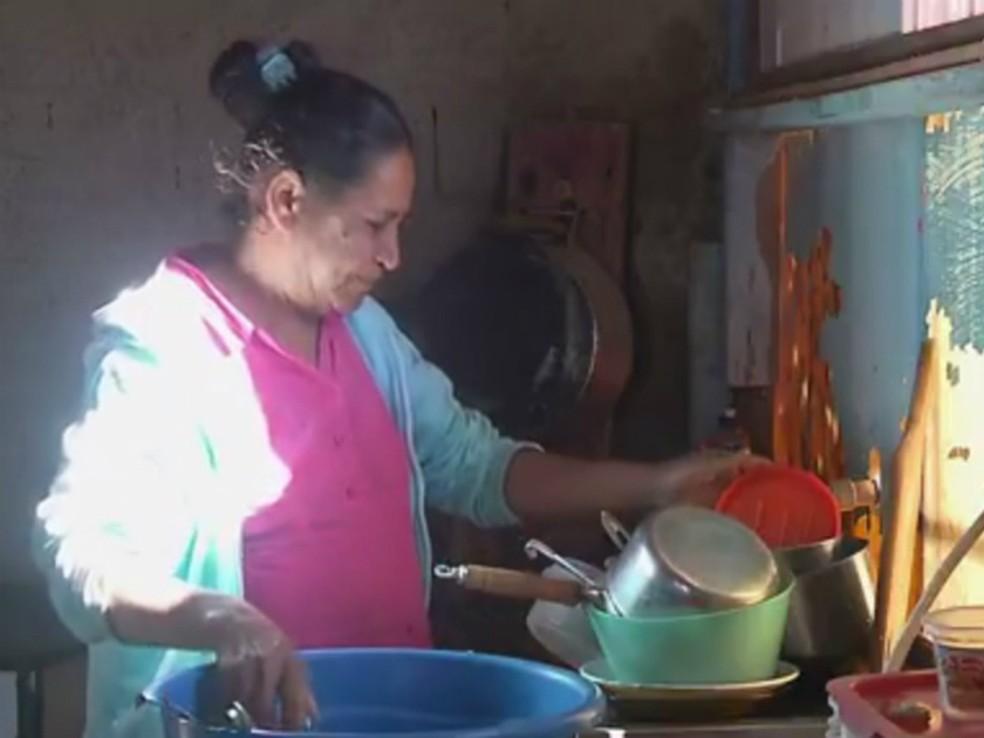 Dona de casa Valdira Gomes reclama da falta de água (Foto: Reprodução/RPC)
