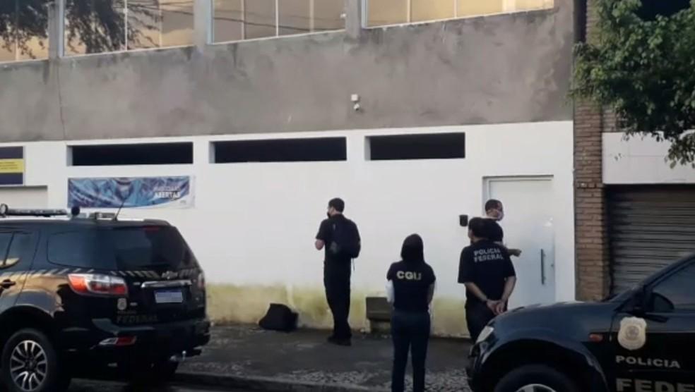 PF cumpre mandados de busca na casa de Pitágoras Alves, prefeito de Candeias — Foto: Reprodução/TV Bahia