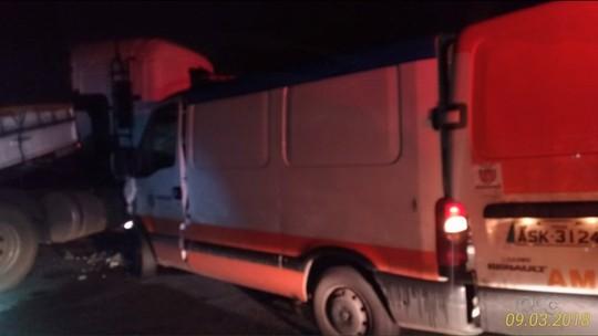 Homem rouba caminhão e causa acidentes envolvendo mais seis veículos; pelo menos sete pessoas se feriram