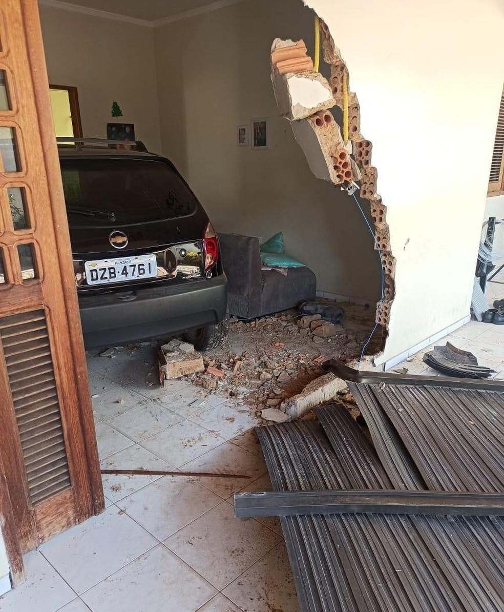 Carro invade residência após motorista perder o controle em Pedro II, Piauí — Foto: Arquivo pessoal/Mazinho Almeida