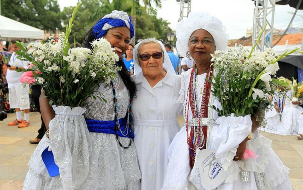 Encontro entre baianas e freira na festa do Senhor do Bonfim, em Salvador (Foto: Paula Fróes/GOVBA/Divulgação)