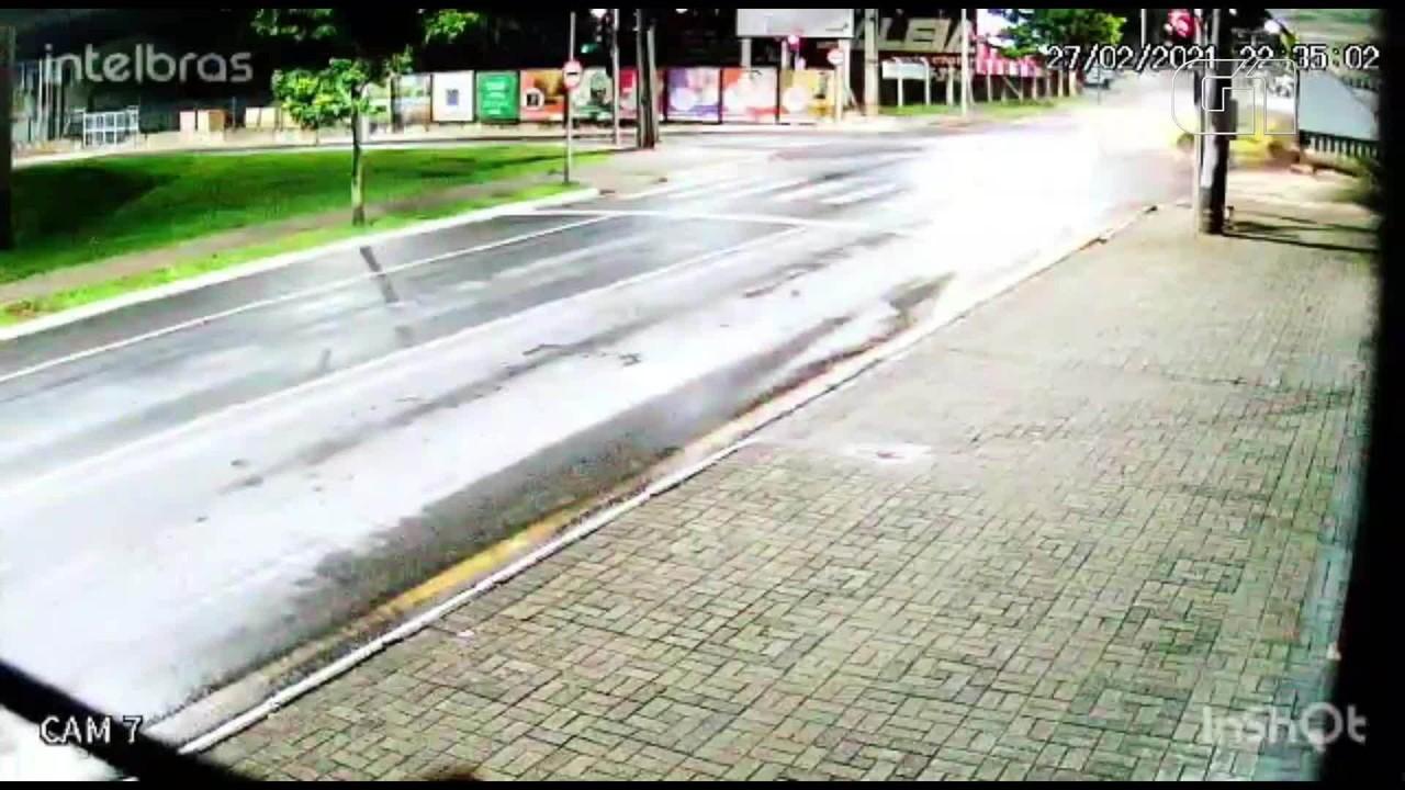 Batida entre carro e picape mata duas pessoas, em Araucária
