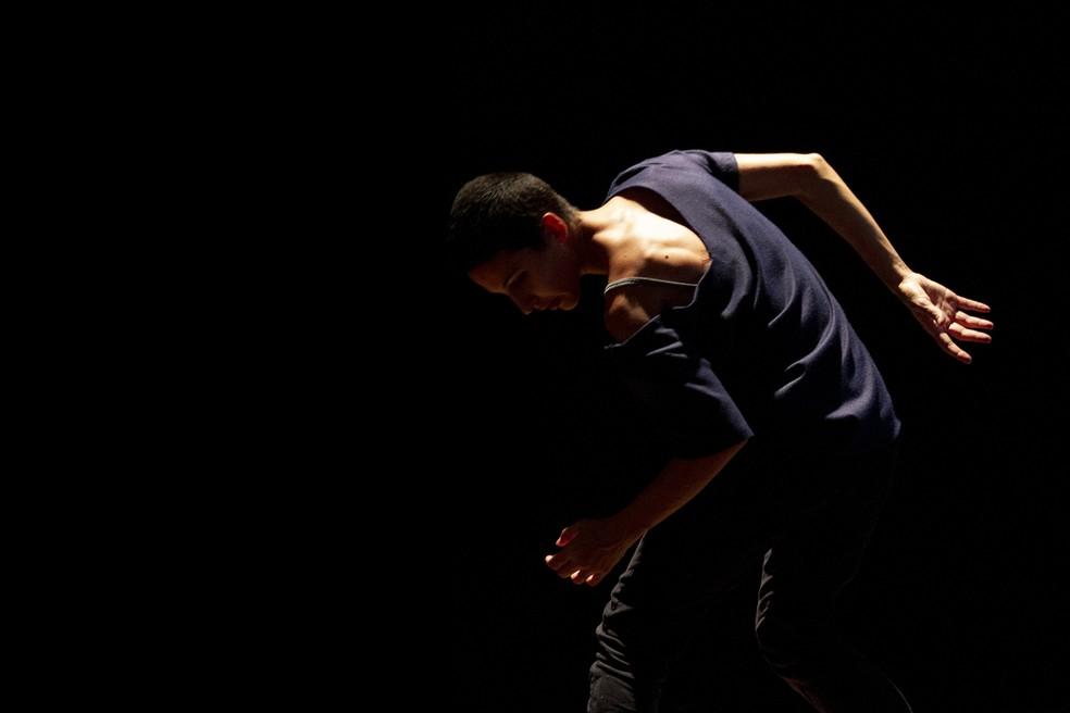 O público toca, a bailarina dança: espetáculo em que a plateia cria a ambientação sonora para a performance da cena estreia em Curitiba. — Foto: Cayo Vieira.