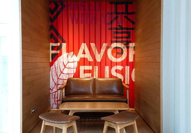 Starbucks oferece espaço interno confortável e aconchegante para um café entre amigos (Foto: Divulgação)